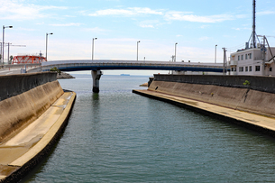川の河口をまたぐ橋の写真素材 [FYI03141032]