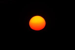 2017年8月21日北米ワイオミング州ボイセン州立公園でみた皆既日食の朝、昇る太陽の写真素材 [FYI03141073]