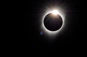 2017年8月21日米ワイオミング州ボイセン州立公園で見た皆既日食ダイヤモンドリングの写真素材 [FYI03141093]