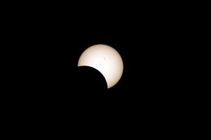 2017年8月21日北米ワイオミング州ボイセン州立公園でみた皆既日食の様子の写真素材 [FYI03141102]