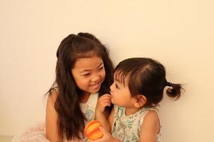 仲良く遊ぶ姉妹の写真素材 [FYI03141148]