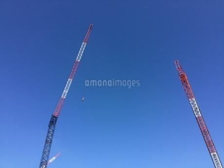 青空と2台のクレーンの写真素材 [FYI03141233]