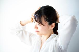 髪を結んでいる女性の写真素材 [FYI03141449]
