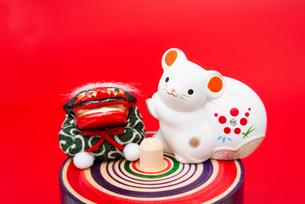 独楽に乗った宝袋を担ぐねずみのフィギュアと獅子舞の写真素材 [FYI03141463]