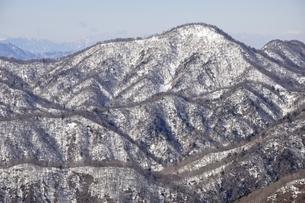 塔ノ岳より雪の檜洞丸の写真素材 [FYI03141489]