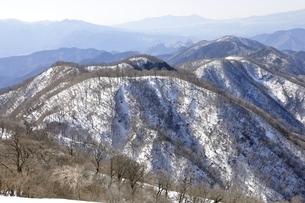 塔ノ岳からの冬の鍋割山稜の写真素材 [FYI03141492]