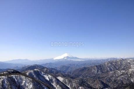 富士山と雪山と青空の写真素材 [FYI03141497]