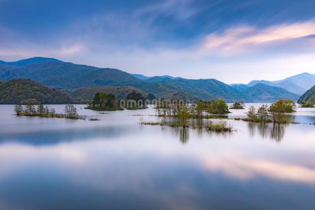 福島県・秋元湖リフレクションの写真素材 [FYI03141556]