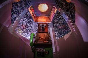 満開の夜桜と横浜元町の電話ボックスの写真素材 [FYI03141760]