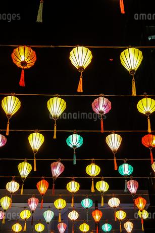 カラフルな夏祭りの提灯の写真素材 [FYI03141830]