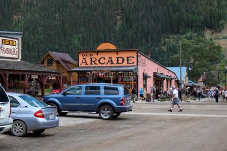 北米アメリカ合衆国コロラド州南西部、昔銀鉱山で栄えた町シルバートンの裏通りの未舗装道路とアーケードなどのお店の風景の写真素材 [FYI03141989]