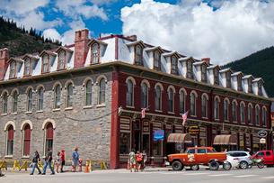古きよき時代に栄え、今は観光地となっている米コロラド州南西部デュランゴシルバートン狭軌鉄道駅のあるシルバートンの街の風景の写真素材 [FYI03142055]