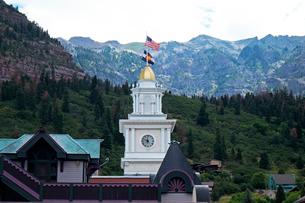 山々に囲まれた谷あいにあるアメリカ合衆国コロラド州何西部の街、ユーレイの時計台の風景の写真素材 [FYI03142123]