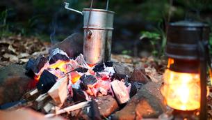 夕刻ソロキャンプにて薪でご飯を炊く様子の写真素材 [FYI03142229]