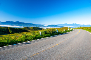 霧ヶ峰高原 ビーナスラインと南アルプス連峰中央アルプス連峰の写真素材 [FYI03142406]