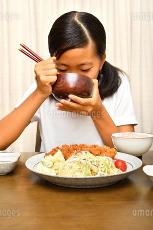 トンカツ定食を食べる女の子の写真素材 [FYI03142409]