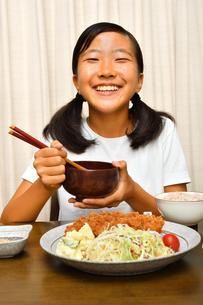 トンカツ定食を食べる女の子の写真素材 [FYI03142410]