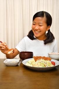 トンカツ定食を食べる女の子の写真素材 [FYI03142412]