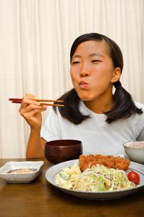 トンカツ定食を食べる女の子の写真素材 [FYI03142414]