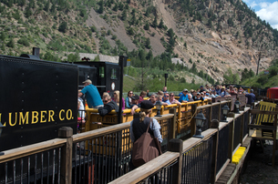 米コロラド州シルバープルーム駅に到着した観光客を乗せた列車の写真素材 [FYI03142465]