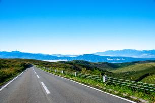 霧ヶ峰高原 ビーナスラインと南アルプス連峰中央アルプの山並みの写真素材 [FYI03142561]