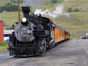 北米アメリカ合衆国コロラド州デュランゴシルバートン狭軌鉄道のシルバートン駅にとまる蒸気機関車 #480 の正面風景の写真素材 [FYI03142564]