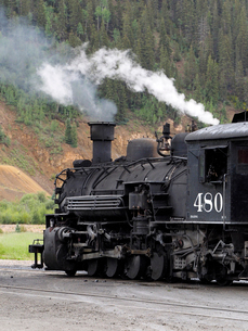 北米アメリカ合衆国コロラド州デュランゴシルバートン狭軌鉄道の蒸気機関車がシルバートン駅を出発しようとしている風景の写真素材 [FYI03142720]