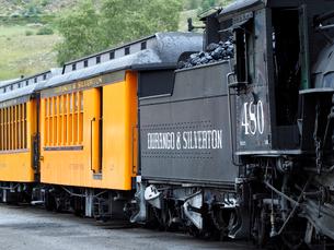 北米アメリカ合衆国コロラド州デュランゴシルバートン狭軌鉄道の蒸気機関車、炭水車、客車の風景の写真素材 [FYI03142745]