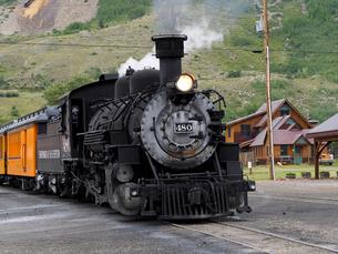 北米アメリカ合衆国コロラド州ロッキーマウンテンの山中にある街シルバートン駅で出発を待つデュランゴシルバートン狭軌鉄道蒸気機関車の風景の写真素材 [FYI03142784]
