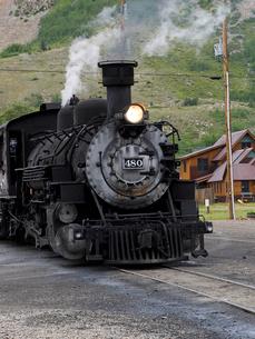 北米アメリカ合衆国コロラド州ロッキーマウンテンの山中にある街シルバートン駅で出発を待つデュランゴシルバートン狭軌鉄道蒸気機関車の風景の写真素材 [FYI03142785]