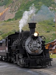 北米アメリカ合衆国コロラド州ロッキーマウンテンの山中にある街シルバートン駅で出発を待つデュランゴシルバートン狭軌鉄道蒸気機関車の風景の写真素材 [FYI03142786]