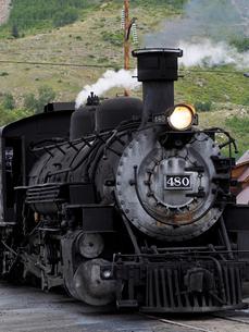 北米アメリカ合衆国コロラド州ロッキーマウンテンの山中にある街シルバートン駅で出発を待つデュランゴシルバートン狭軌鉄道蒸気機関車の風景の写真素材 [FYI03142787]