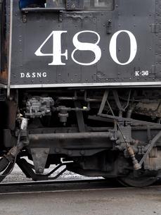 北米アメリカ合衆国コロラド州デュランゴシルバートン狭軌鉄道の蒸気機関車運転席部側面を外側から見た風景の写真素材 [FYI03142797]