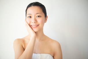 顔を触っている女性のビューティーイメージの写真素材 [FYI03142858]