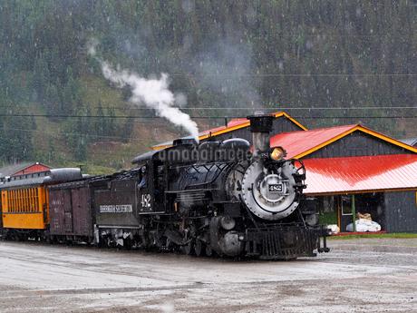 北米アメリカ合衆国コロラド州デュランゴシルバートン狭軌鉄道のシルバートン駅にとまる蒸気機関車 #482 の正面風景の写真素材 [FYI03143023]
