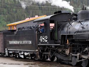 北米アメリカ合衆国コロラド州デュランゴシルバートン狭軌鉄道のシルバートン駅に停車中の蒸気機関車 #482 の写真素材 [FYI03143096]