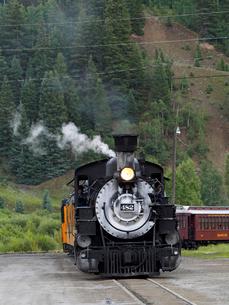 北米アメリカ合衆国コロラド州デュランゴシルバートン狭軌鉄道の蒸気機関車 #482 がシルバートン駅に入ろうとしている風景の写真素材 [FYI03143115]