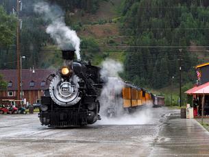 北米アメリカ合衆国コロラド州デュランゴシルバートン狭軌鉄道のシルバートン駅にとまる蒸気機関車 #482 の正面風景の写真素材 [FYI03143135]