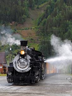 北米アメリカ合衆国コロラド州デュランゴシルバートン狭軌鉄道の蒸気機関車 #482 がシルバートン駅に停車している時の風景の写真素材 [FYI03143137]