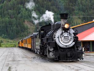 北米アメリカ合衆国コロラド州デュランゴシルバートン狭軌鉄道のシルバートン駅にとまる蒸気機関車 #482 の正面風景の写真素材 [FYI03143151]