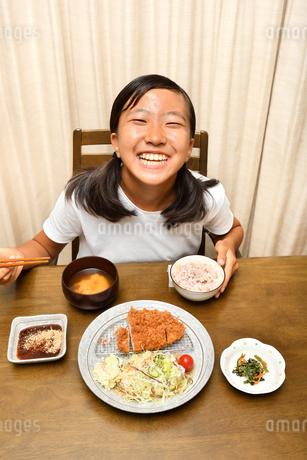 トンカツ定食を食べる女の子の写真素材 [FYI03143254]