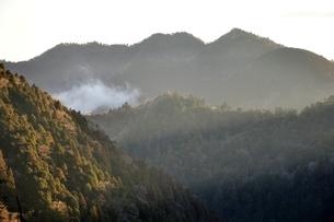 朝日さしこむ山地の写真素材 [FYI03143494]