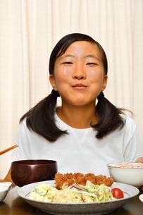 トンカツ定食を食べる女の子の写真素材 [FYI03143631]