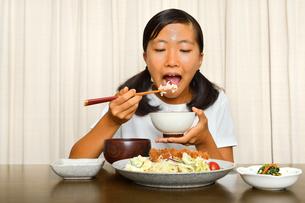 トンカツ定食を食べる女の子の写真素材 [FYI03143638]