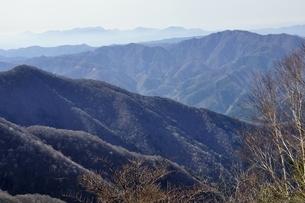 鷹ノ巣山からのパノラマ 丹沢と三頭山の写真素材 [FYI03143739]