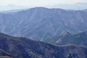 鷹ノ巣山より眺める奥多摩の山並みの写真素材 [FYI03143761]