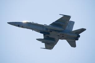 青空を 飛行する F/A-18 スーパーホーネット の写真素材 [FYI03143969]