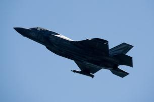 離陸 上昇してゆく 米軍機 F-35B  ライトニング IIの写真素材 [FYI03143971]