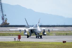 地上滑走 タキシングを 行う F/A-18 スーパーホーネット 戦闘機の写真素材 [FYI03143974]