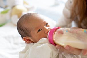ミルクを飲む赤ちゃんの写真素材 [FYI03144002]